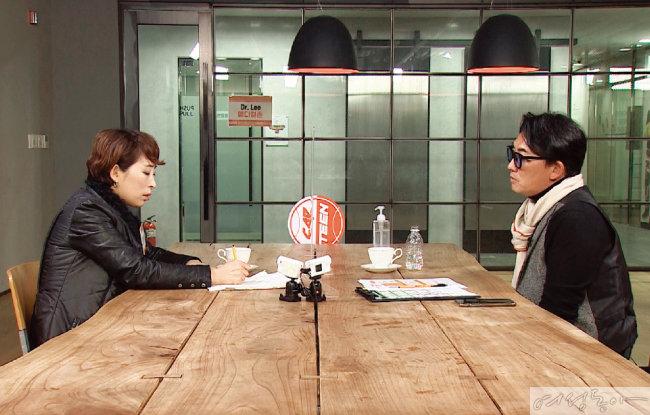 한여진 씨가 가수 이승철에게 연예계 궁금증에 대해 상담받는 모습.
