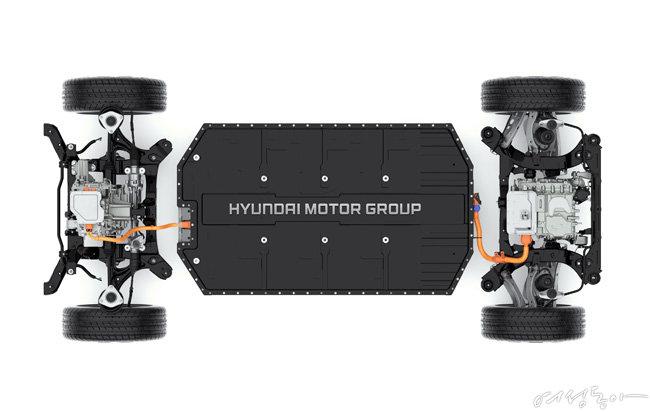 현대자동차가 개발한 전기차 전용 플랫폼 E-GMP는 평평하고 넓은 내부공간을 구현해 낸다.