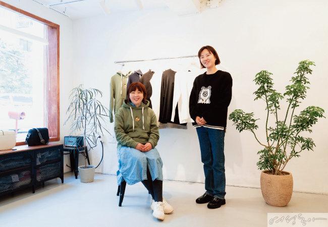 '낫아워스'의 후디와 니트 베스트를 입고 있는 박진영·신하나 대표(왼쪽부터).