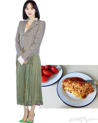 윤승아가 SNS에 소개한 두부파스타와 딸기로 구성된 아침 메뉴.