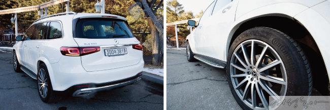 깔끔하면서도 세련된 디자인 요소가 적용된 후면부. 중앙을 가로지르는 크롬 바가 안정감을 준다(왼쪽). 럭셔리 차량의 트레이드마크라고 볼 수 있는 큼직한 알로이 휠이 세련된 분위기를 풍긴다.