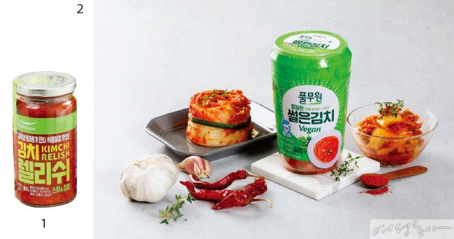 1 풀무원 '김치 렐리쉬 스윗&칠리'. 2 풀무원 '깔끔한 썰은김치 Vegan'.
