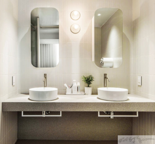 타원형 거울, 원형 세면대, 원형 수건 보관함 등 곡선으로 포인트를 준 아이들 욕실.