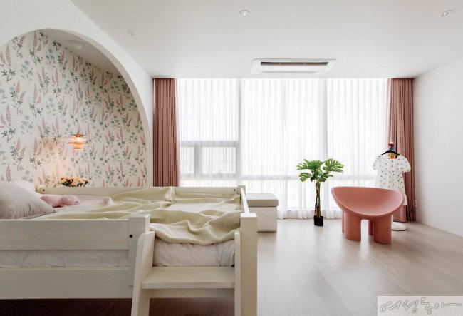 따뜻한 분위기의 딸 방은  핑크 컬러로 포인트를 주었다.