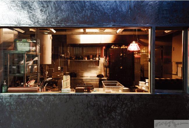 유용욱바베큐연구소의  키친 전경. 오른쪽 문을 열면 다이닝 공간이 나온다.