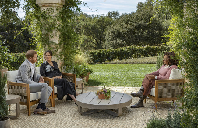 해리 왕자와 메건 마클 부부가 지난해 왕실로부터 독립을 선언한 뒤 첫 공식 인터뷰를 가졌다.