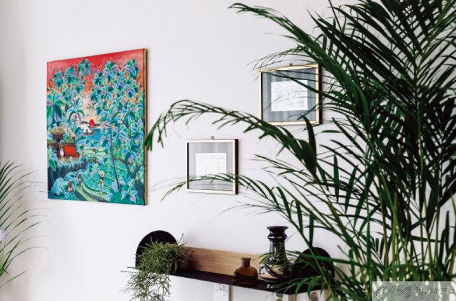거실의 벽면에는 가족이 발리 우부드 여행에서  만난 작가에게 받은 그림이 걸렸다.