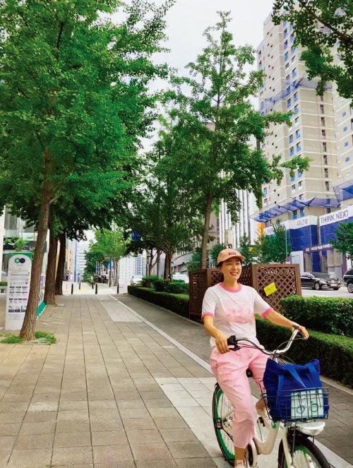 박진희는 환경을 위해 자전거(따릉이)를 애용한다.