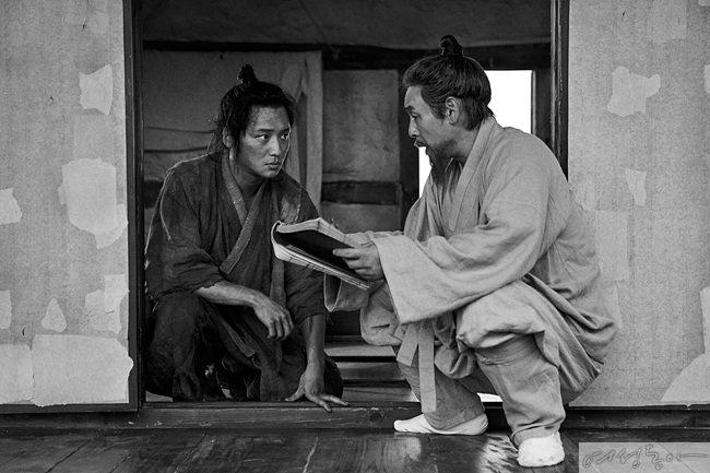 3월 31일 개봉하는 영화 '자산어보'의 스틸 사진.