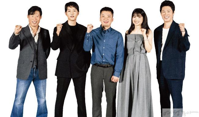 '승리호'의 주역들과  함께한 조성희 감독.  유해진, 송중기,  조 감독, 김태리, 진선규(왼쪽부터).