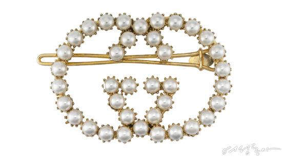 진주 헤어핀은 단숨에 로맨틱해질 수 있는 치트 키 아이템이다. 로고를 형상화한 디자인이라면 힙한 감성까지 표현할 수 있을 듯. 70만원 구찌.