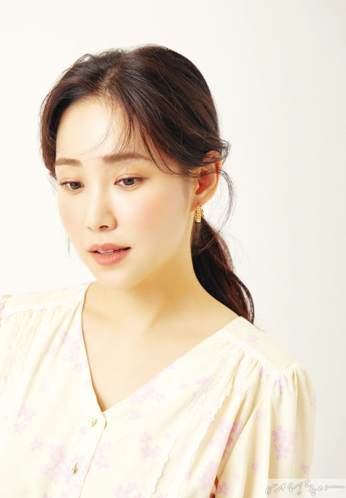 원피스 42만8천원 쟈니헤잇재즈. 이어링 스타일리스트 소장품.