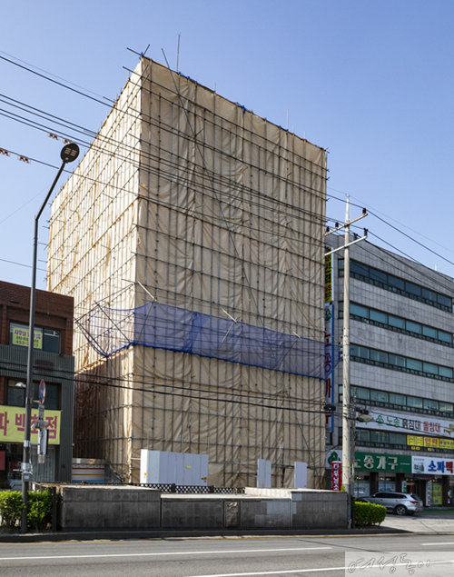 용감한 형제가 64억원에 새로 사들인 광진구 신사옥(가림막이 설치된 건물).