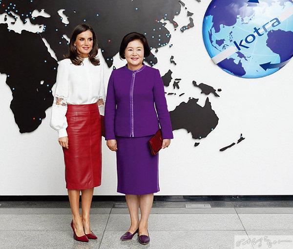 김정숙 여사와 레티시아 스페인 왕비. 레티시아 왕비는 2019년 방한 당시  염미경 씨가 디자인한 스커트를 입었다.
