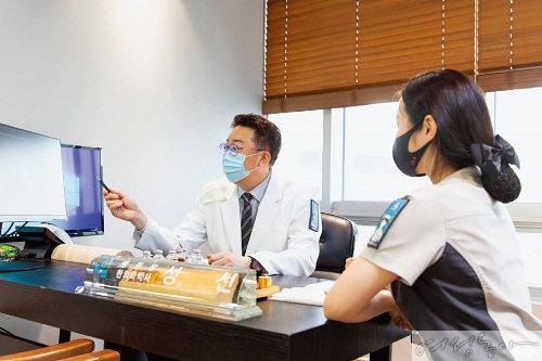 성신 병원장이 간호사와 함께 환자 상태에 대해 논의하고 있다.