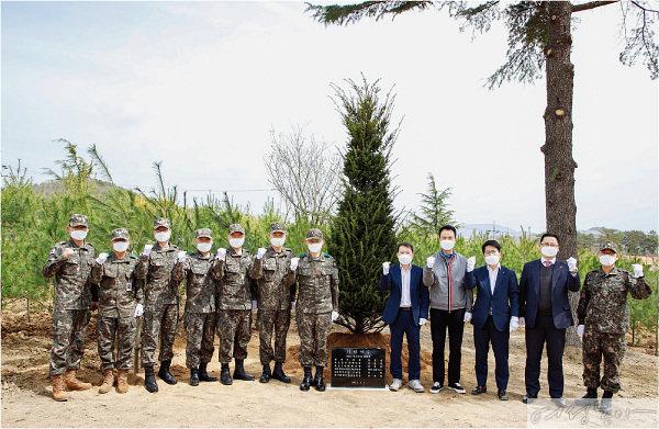 KB국민은행은 4월 1일 경북 영천  육군3사관학교에서 '에코트리 캠페인'을 진행했다. 군부대 나무심기는 미세먼지 저감과 탄소배출 감축, 훈련장 주변 소음 감소 및 주변 환경 개선 효과가 있다.