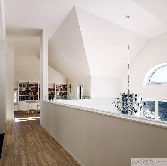 2층 안방 건너편에는 이 집의 메인 공간인 작은 도서관 같은 서재가 마련되어 있다.