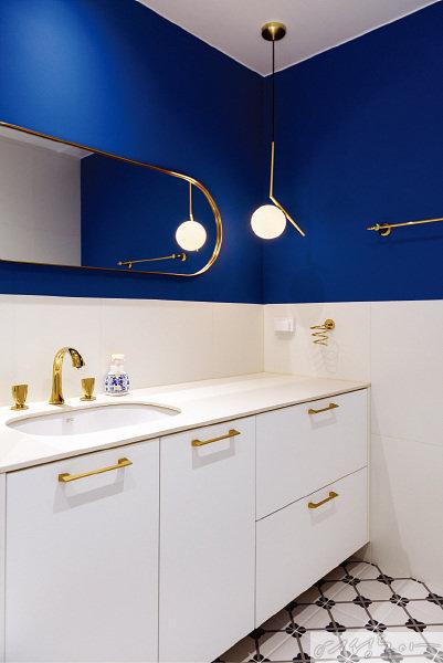 온수와 냉수로 구분된 골드 컬러의 수전을 둔 2층 화장실에서도 이국적인 느낌이 물씬 풍긴다.