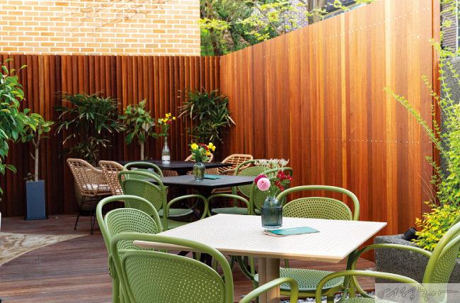 보스켓 건물 바로 옆 테라스에는 봄, 여름, 가을, 겨울 계절 변화를 느낄 수 있도록 작은 정원을 만들었다.