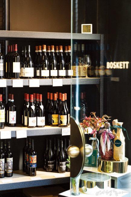 컨벤셔널부터 내추럴 와인까지 다양한 리스트를 보유한 보스켓의 와인 보틀 숍.