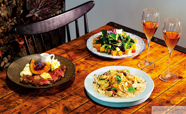 보스켓의 정체성을 담은 비스트로 메뉴들. 왼쪽부터 시계 방향으로 반가 어니언 채끝 스테이크, 두부 튀김과 단호박 가든 샐러드, 들깨 버섯 크림파스타.