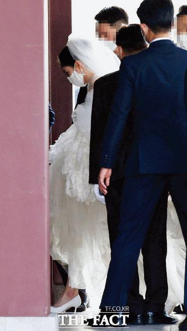 10월 결혼식 당일 드레스를 입고 식장에 들어가는 모습.