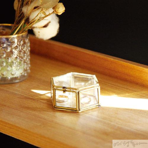 빈티지한 무드의 소품 케이스. 반지, 귀걸이 등 액세서리나 작은 소품을 담아 보관하기 좋다. 85×70×35mm 2만원 마켓엠.