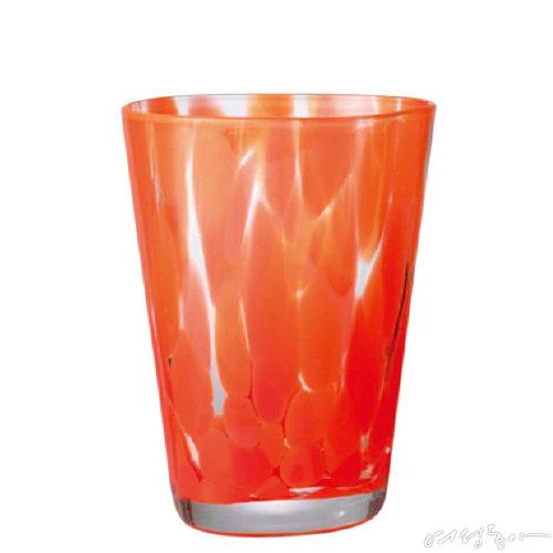 붉은색 반점의 불규칙한 패턴이 유니크한 유리컵. 85×115×85mm 3만5천원 펌리빙by에잇컬러스.