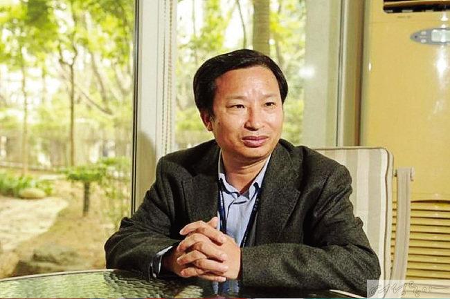 위안 리핑의 전남편인 두웨이민 회장.