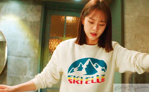스키 클럽 로고가 포인트인 스웨트 셔츠. 가격미정 아이스비스킷.