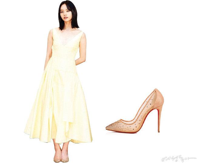 풍성한 주름이 멋스러운 레몬 컬러 드레스. 3백75만원 알렉산더맥퀸. 메시 소재를 믹스한 스킨 컬러 펌프스. 1백36만원대 크리스찬루부탱.