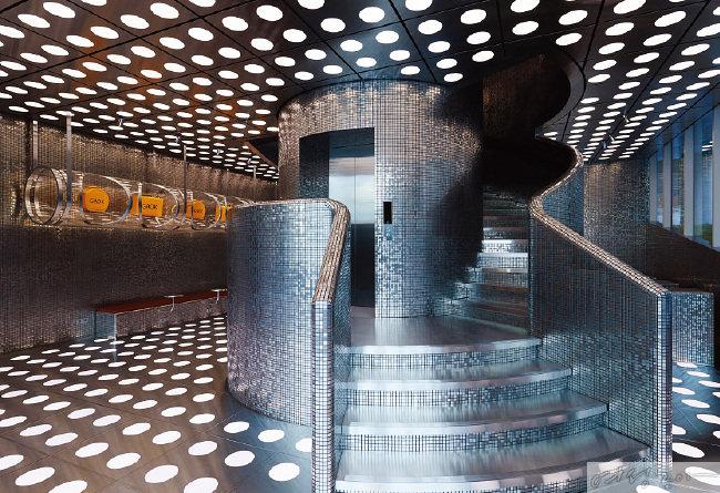 메탈릭한 타일을 활용한 독특한 계단이 눈길을 끈다.