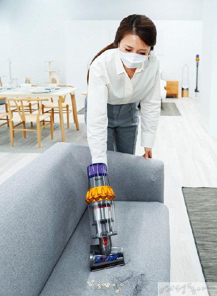 다이슨 V15 디텍트™의 강력한 흡입력과 헤어 스크류 툴의  '엉킴 방지 기술'을 소개 및 시연하고 있는 다이슨 코리아 트레이너의 모습.
