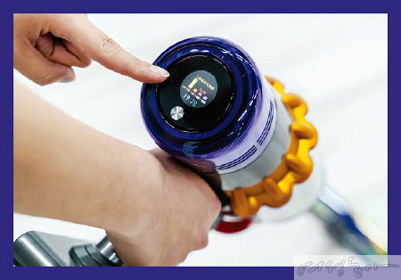 손잡이 부분의 LCD 스크린으로 흡입된 먼지 입자의 크기와 양을 실시간으로 확인할 수 있는 '피조 센서' 기술.