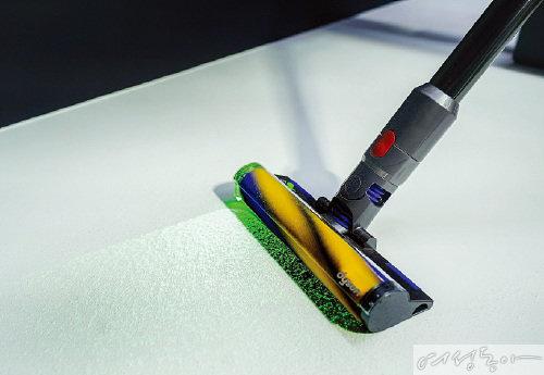 다이슨 V15 디텍트™와 다이슨 V12 디텍트™ 슬림은 녹색 레이저가 클리너 헤드에 탑재돼 미세한 크기의 먼지를 눈으로 확인할 수 있다.