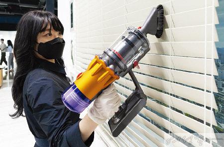 다이슨 전용 툴을 사용하면 먼지가 많은 블라인드도 손쉽게 청소할 수 있다. 미니 소프트 더스팅 브러쉬를 사용해 보는  W DONG-A SPECIALIST 강현민 씨.