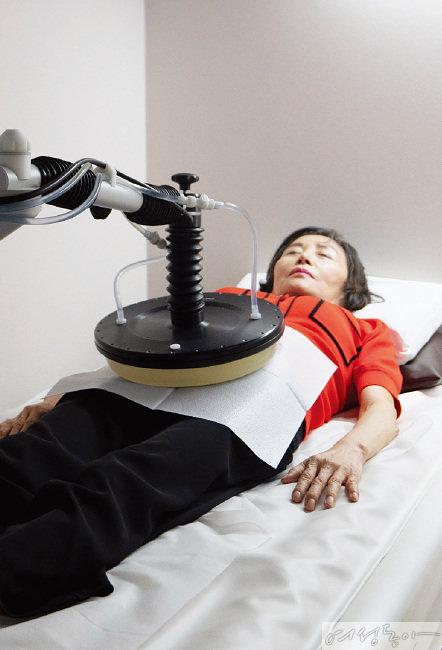 채은경 씨가  고주파 온열 암 치료를 받고 있는 모습.