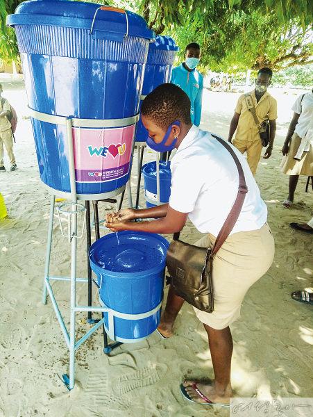 토고 로메에서는 마스크, 손소독제 같은 방역물품과 세면 시설을 지원하며 경제적인 어려움을 겪는 이웃들에게 큰 힘이 됐다. 주민이 깨끗하게 손을 닦고 있다.