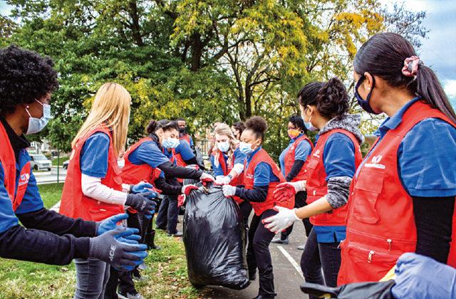 필라델피아 회원들이 북동부 202구역 일대에서 낙엽과 쓰레기, 대형 폐기물을 수거하는 등 클린월드운동에 참여했다.