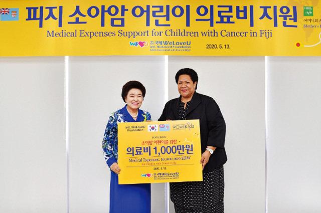 위러브유가 피지 소아암 어린이를 위해 의료비 1천만원을 지원한 가운데, 장길자 회장(왼쪽)과 페니아나 랄라발라부 주한 피지 대사가 함께했다.