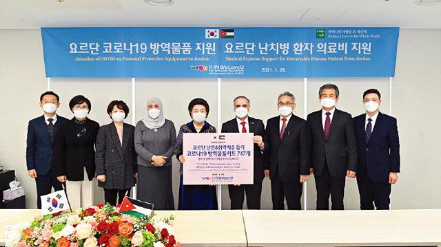 요르단에 코로나19 방역품 키트 7백47개와, 난치병 환자를 위한 의료비 2천만원을 지원했다. 전달식에 참석한 아델 모하마드 아다일레 주한 요르단 대사(오른쪽 네 번째).