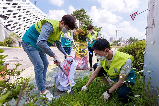 성남 판교 백현동 카페거리 환경정화 활동을 펼치고 있는 하나님의 교회 직장인 청년봉사단.