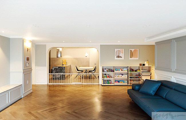 주방과 거실을 이어주는 아치형의 구조물은 자연스럽게 공간을 분리한다.