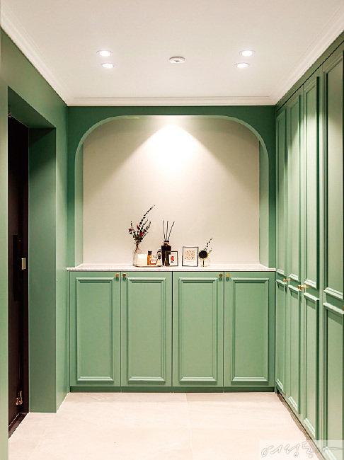 현관은 올리브 그린 컬러를 칠해 집에 들어오고, 집을 나설 때 산뜻한 기분이 든다.