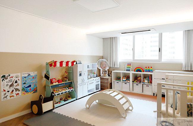 아이들을 위한 공간은 아이가 커가면서 그 나이에 맞게 계속 새롭게 채워지길 바랐다. 그래서 가장 기본적인 베이지 컬러로 벽을 완성했다. 지금은 네 살 된 큰아이를 위한 소품들로 가득하다.