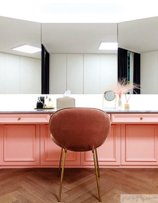 아내를 위한 화장대는 화사한 핑크 컬러로 마무리하여 포인트를 주었다.