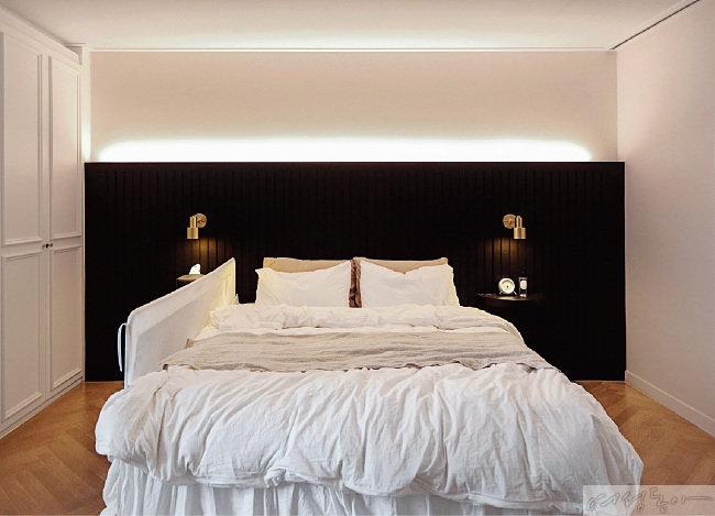 안방 침대 머리맡에는 블랙 컬러의 반 벽을 세워 자칫 심심할 수 있는 인테리어에 변화를 시도했다.