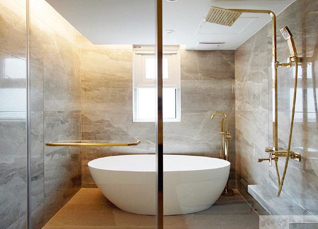 대리석을 활용한 욕실은 골드 컬러로 포인트를 주어 고급스러움이 느껴진다. 샤워실과 세면실을 구분해 쾌적하게 사용할 수 있게 완성했다.