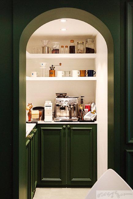 주방 안쪽에 자리한 다용도실은 커피를 좋아하는 미선 씨를 위한 감성적인 카페 공간으로 완성됐다. 다양한 커피 용품으로 채워진 미니 카페는 미선 씨가 주방을 가장 좋아하게 된 이유 중 하나다.