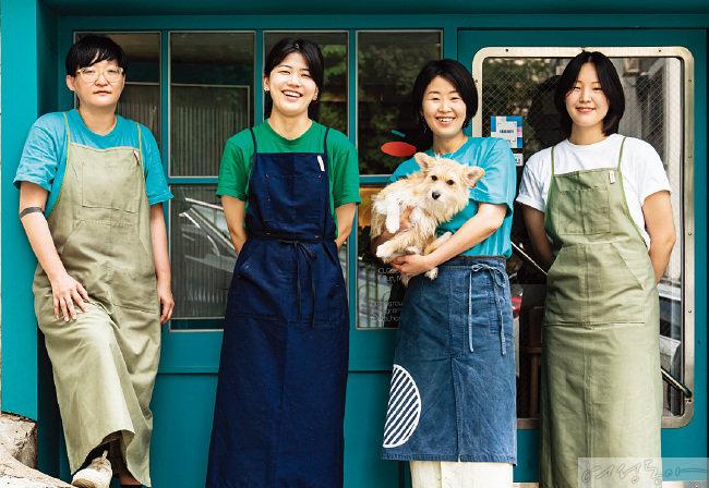 안아라 대표와 함께 홈그라운드를 이끄는 요리사들. 곶감말이를 전담하며 일본 가정식을 접목한 메뉴를 선보이는 에이코 씨, 한식 베이스의 델리 숍 메뉴를 담당하는 류혜진 씨, 안아라 대표, 디저트와 음료·콜드 파트를 맡은 문다은 씨, 그리고 홈그라운드의 마스코트 베라(왼쪽부터).